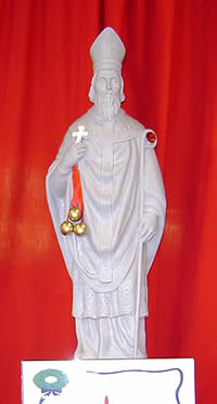 White statue with three gold apples